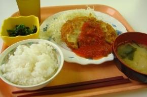 チキンカツのトマトソースかけ・ホウレンソウのお浸し・白飯・大根とわかめのお味噌汁