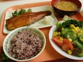 さごしの七味焼き・お揚げの味噌汁・黒米・サラダ