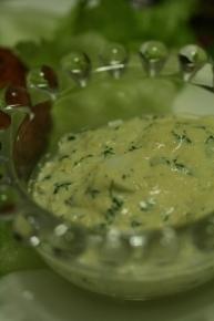 茹で卵とパセリをマルチクイックでガガーっとやって、マヨネーズに入れた、なんちゃってタルタルソース