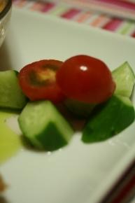 切っただけのキュウリとプチトマト