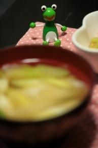 ネギとわかめのお味噌汁 ・・・あ?カエルにピントが合ってしまった(´・д・`)」【◎】カシャッ】