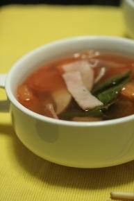 トマト・キャベツ・ニンジン・ハムのコンソメスープ