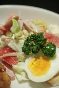キャベツ・ハム・トマト・もやし・ちくわのサラダ