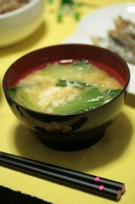 チンゲン菜と溶きタマゴの味噌汁