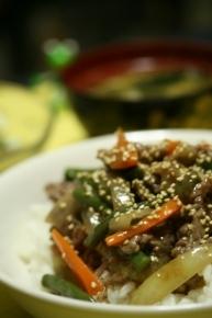 玉ネギ・インゲン・ニンジン・牛肉の牛丼! めん汁と柚子コショウで煮込み片栗粉でトロっとな♪