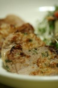 豚ヒレ肉のガーリック焼き ガーリックパウダーとクレイジーソルトで下味つけたヒレ肉を小麦粉と刻んパセリをまぶしてこんがり焼きました~。