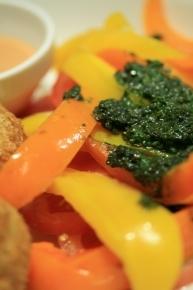 黄色とオレンジのパプリカの下にトマト♪バジルオイルうまーい!