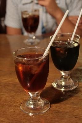 ハム子アイスティー、ダーリンアイスコーヒー、ナナはコーラ。