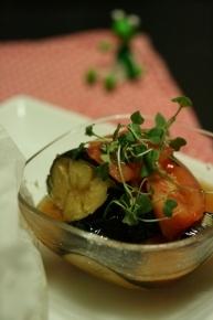 ニンニク・お酢・ごま油・お醤油を混ぜ混ぜしたタレに揚げた茄子と切ったトマトを合えてサッパリと♪