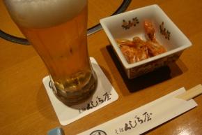 生ビールと、お通しの川海老