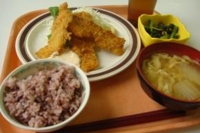 イカフライ・ホウレンソウのお浸し・黒米・白菜と揚げの味噌汁