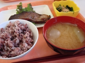 黒米・玉ネギの味噌汁・スズキの照り焼き・ほうれん草のお浸し