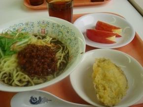 黒ゴマ坦々麵・さつまいもの天ぷら・リンゴ