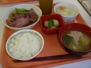 白飯・イカと大根の煮物・里芋あんかけ・奴・白菜の味噌汁