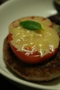 ハンバーグにトマトとチーズを乗せました~