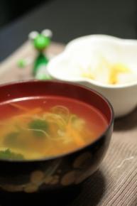 """野菜コンソメスープ。昨日の残りのキャベツとニンジンの千切りが入ってまーす♪ 奥のぬか漬は大根とニンジンの""""皮""""です♪"""