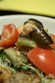 トマトとナスとシーチキンの温サラダ  オリーブオイルで炒めたナス・トマト・シーチキンを合えました~。味はシーチキン味です!?クレイジーソルトで味を整えました