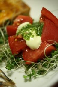 ブロッコリーの芽と切っただけトマトにマヨネーズとバジルオイルをかけました~