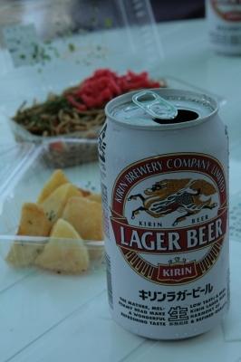 缶ビール400円 じゃがガーリック300円 焼きぞば400円。 ・・・車で来たけど帰るのは6時間以上先だから1本くらいはいいよね!?